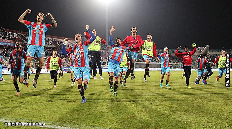 I rossazzurri festeggiano la vittoria sul Catanzaro