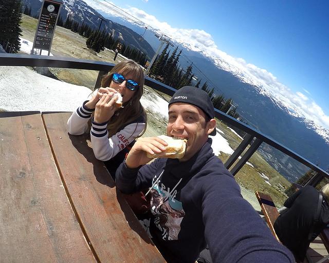 Comiéndonos un bocadillo en Canada, en la cima del Blackcomb