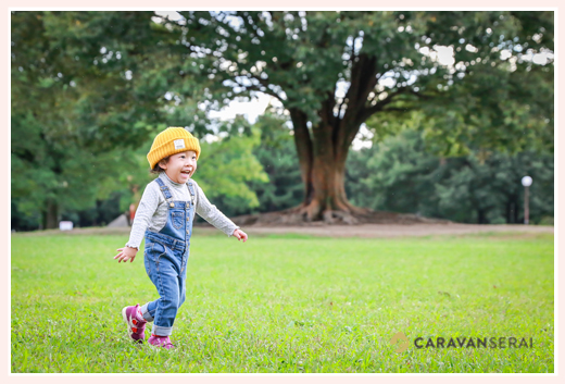 庄内緑地公園(愛知県名古屋市)で家族写真(年賀状用)の出張撮影・ロケーション撮影 女性カメラマンが撮る3才の女の子 自然でおしゃれでオススメ・人気