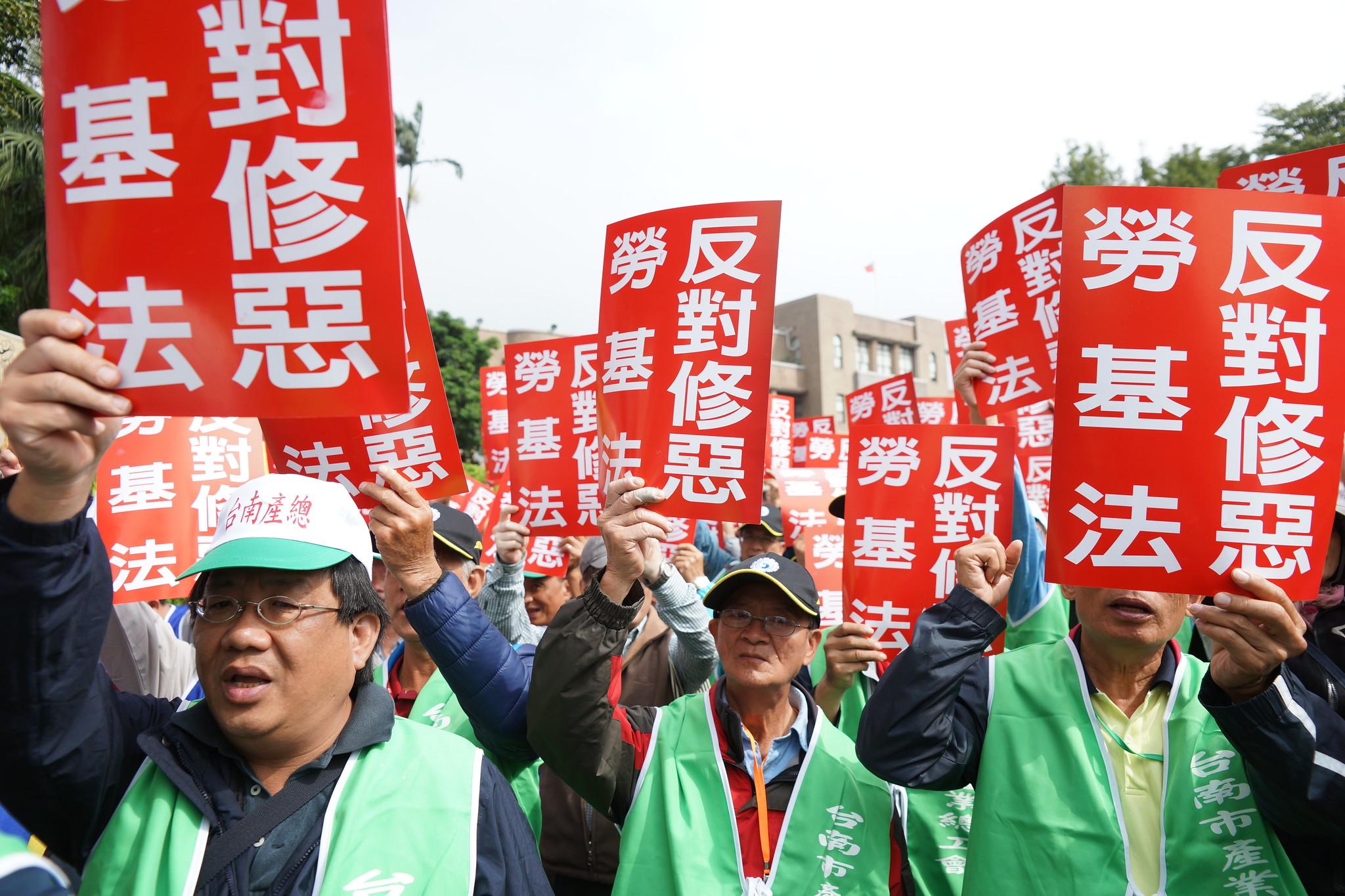 賴清德聲稱此次修法是根據「台南經驗」,南市產總今天大動員北上打臉賴清德。(攝影:王顥中)