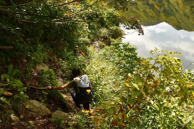 大鳥池沿いの狭い登山道