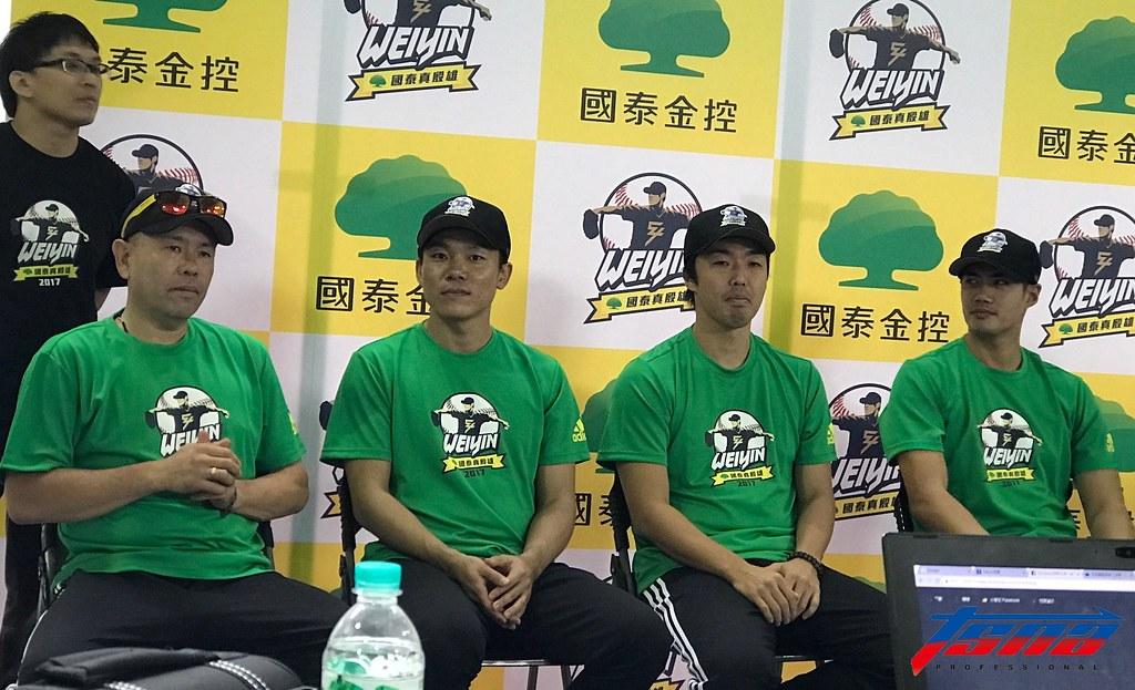 小田幸平(圖左起)、大島洋平、吉見一起與陳偉殷。(鍾亞芳/攝)