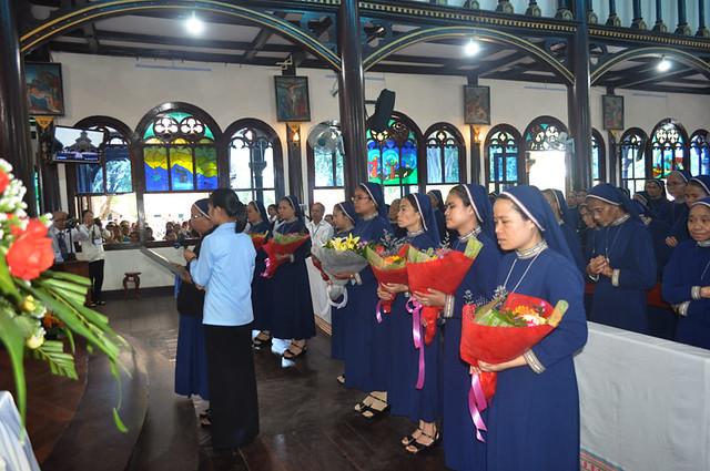 Hội Dòng Ảnh Phép Lạ Kon Tum Mừng Kỷ Niệm 70 Năm Thành Lập Và Mừng Hồng Ân Khấn Dòng - Ảnh minh hoạ 15