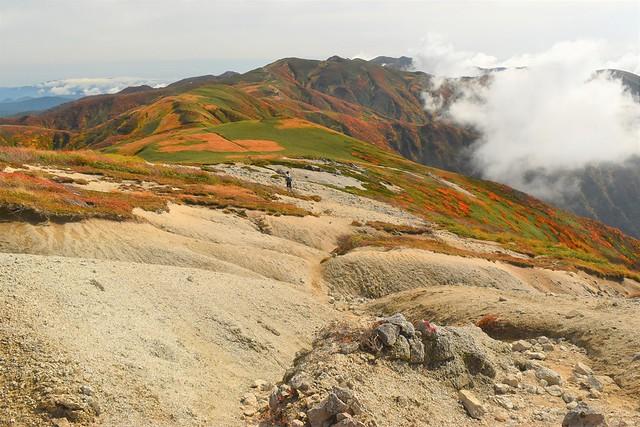 朝日連峰 稜線の砂地