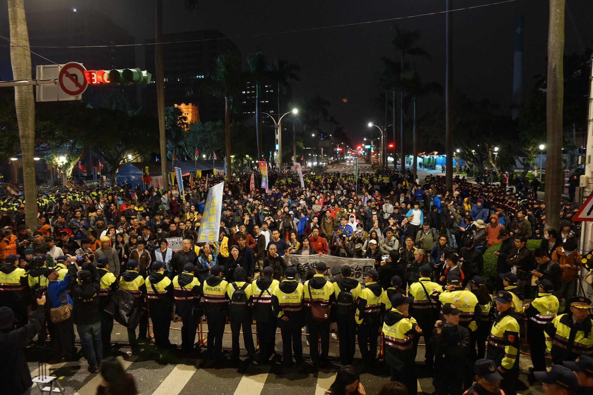 抗議民眾最後被警方隔在中山南路上,許多人情緒激昂,在宣傳車宣佈行動結束後,仍久久未散去。(攝影:王顥中)