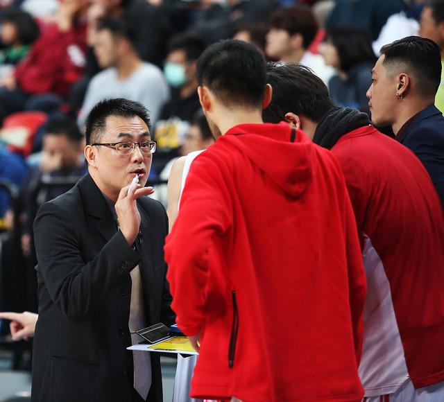 台銀總教練韋陳明(圖左1)仍信心喊話不會放棄任何機會。(籃協資料照)