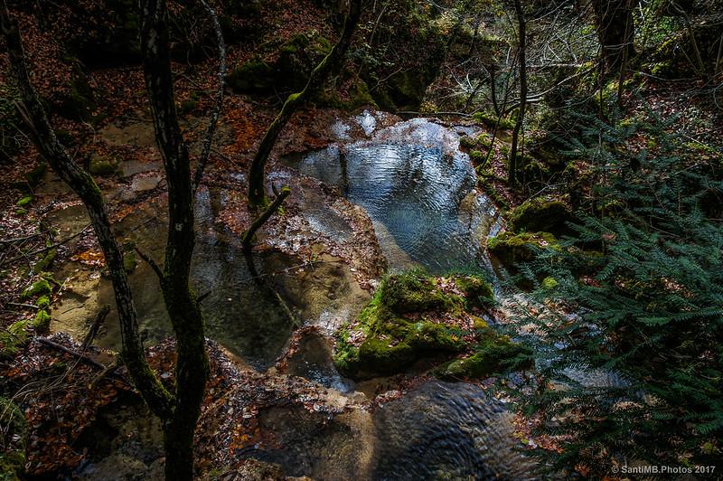 Cruzando un arroyo de camino al Nacedero del Urederra