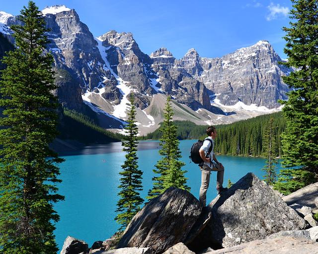 Caminando por Canadá con el lago Moraine al fondo