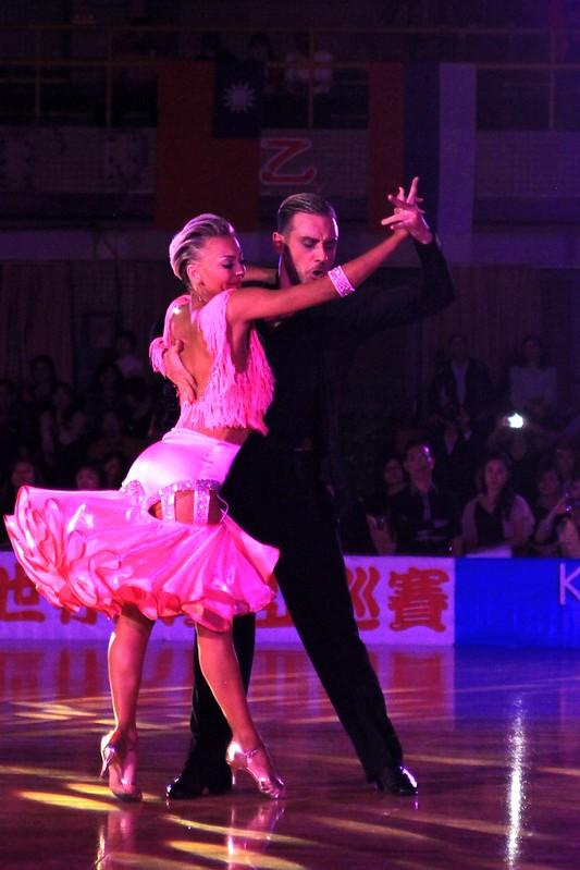 黑池拉丁冠軍代表美國拉丁舞世界冠軍Ferdinando Iannaccone與Yulia Musikhina。(國際運動舞蹈發展協會提供)