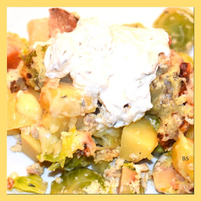 Kartoffel-Rosenkohl-Auflauf mit gerösteten Brotwürfelchen und Walnüssen, überbacken mit Emmentaler Käse