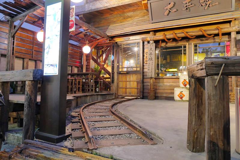 38523011701 09f51a47c5 c - 熱血採訪│日式車站造景配上日本進口關東煮 勤美深夜聚餐吃宵夜就在大手燒