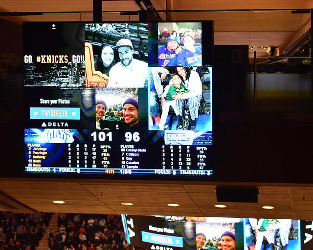 Hashtags de Instagram saliendo por la pantalla del estadio de los Knicks