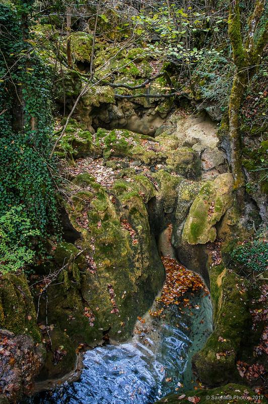 Rocas por donde bajaba agua hace tiempo, cerca del Nacedero del Urederra