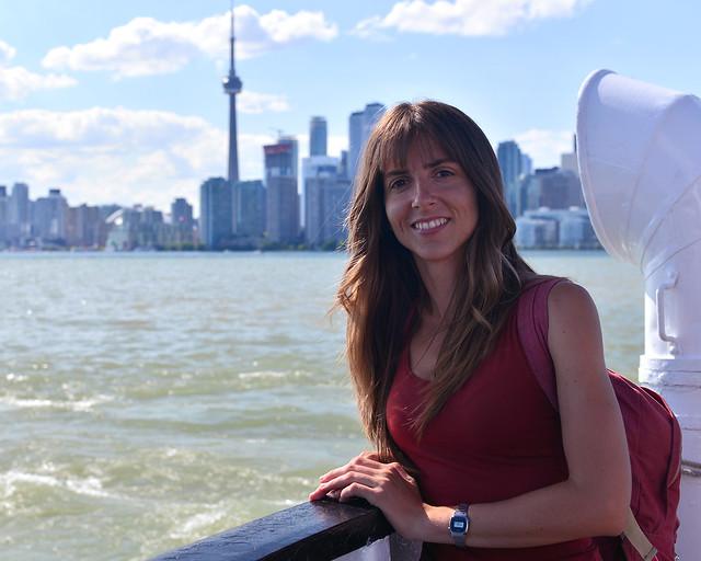 Diana en el ferry hacia Ward's Island con el skyline de Toronto al fondo