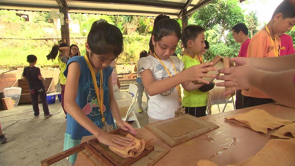 929-2-05為了讓人們更能理解竹子變身紙張的過程,居民設計手抄紙體驗課程,讓遊客親手操作。