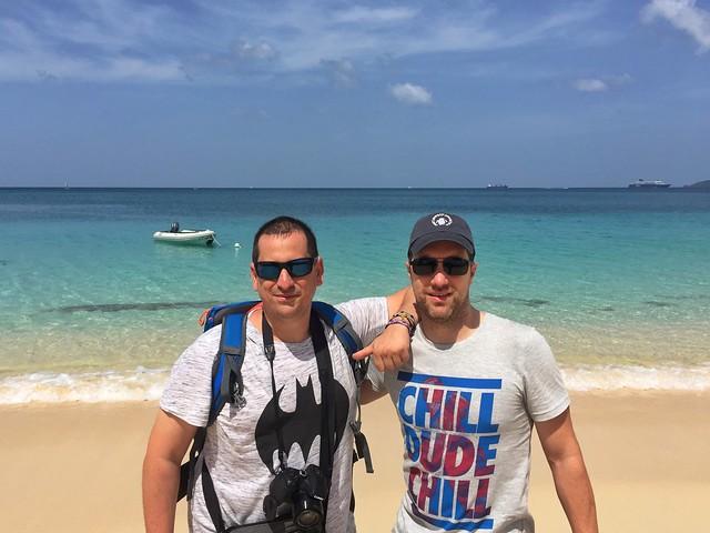 Sele y Juve en una playa de Granada (Islas del Caribe en crucero)