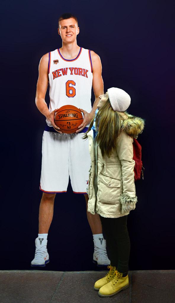 Diana frente al cartón de uno de los jugadores de la NBA a tamaño real