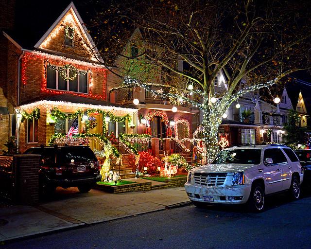 Calles del barrio de Dyker Heights con un coche aparcado frente a una de las casas