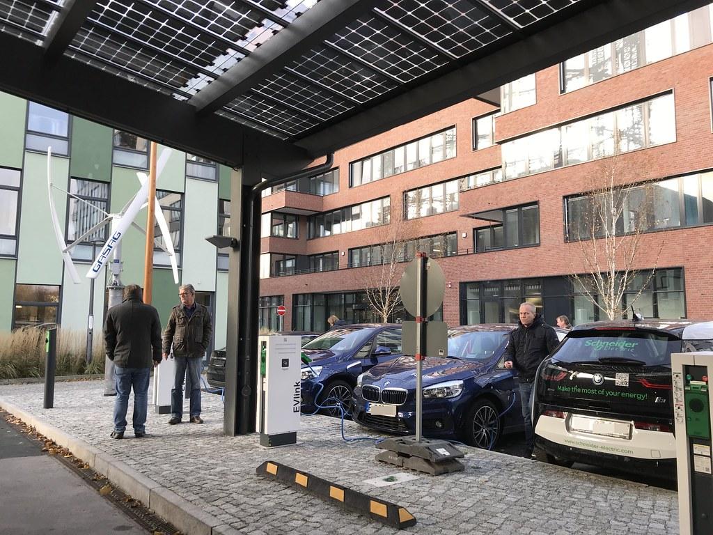 德國柏林 EUREF Campus 裡的電動車,以及電動車充電站。攝影:邱育慈。