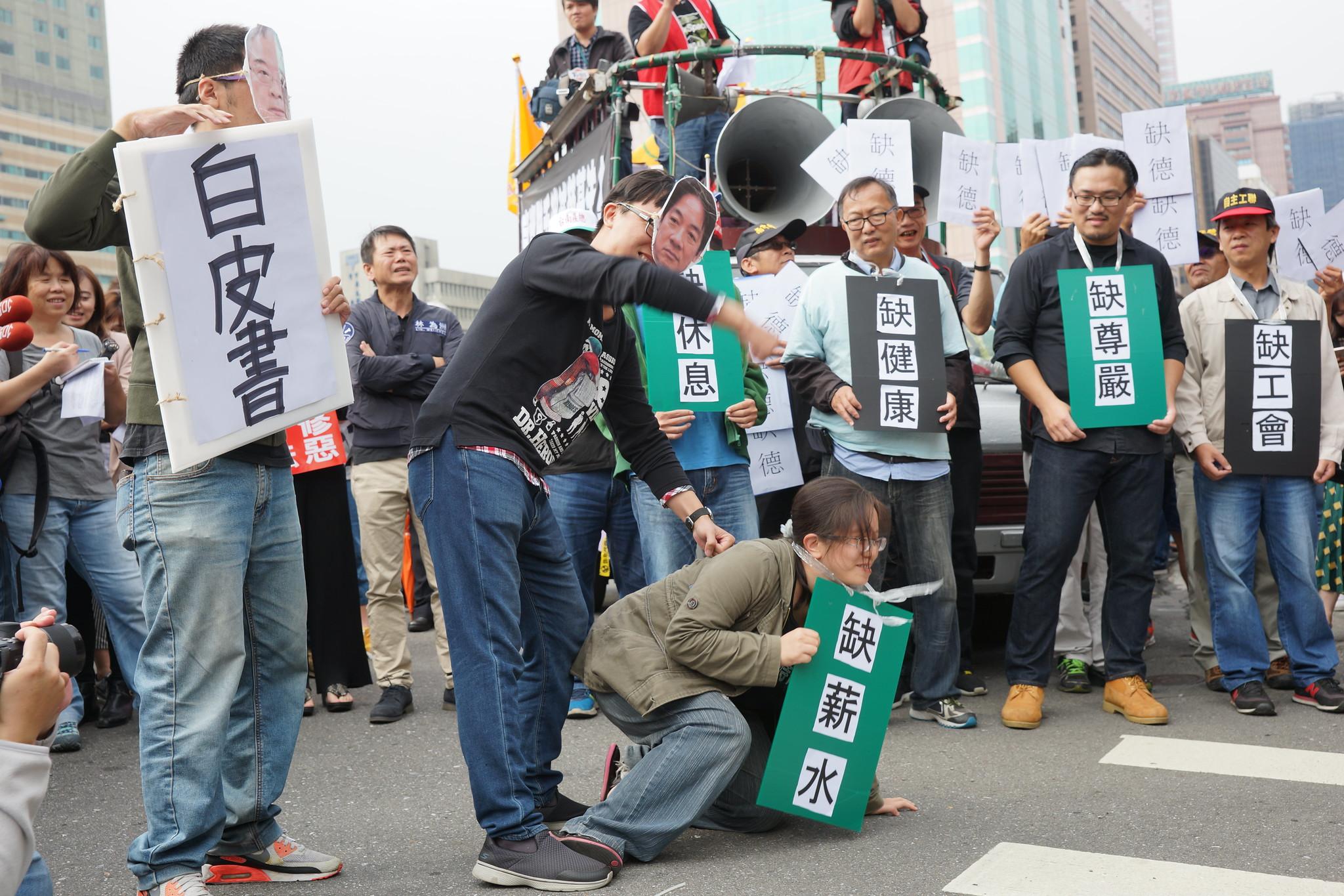 工商團體稱台灣有「五缺」,今日勞團上演行動劇,指勞工也有「五缺」,是缺薪水、缺休息、缺健康、缺尊嚴、缺工會,卻被賴清德打倒在地。(攝影:王顥中)