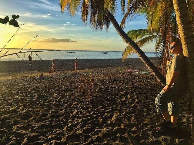 Sele ante un atardecer en una playa de Martinica (Islas del Caribe en crucero)