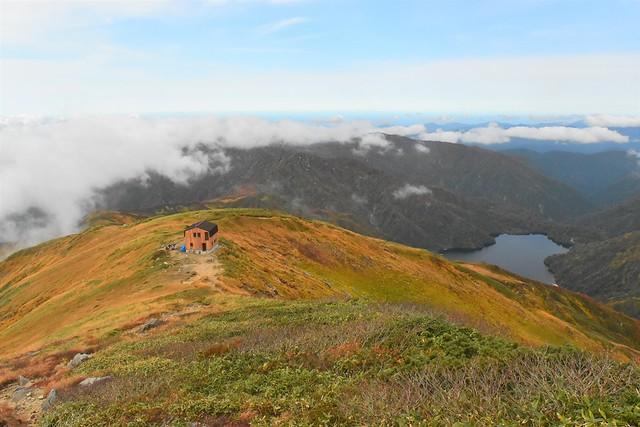 以東岳避難小屋と大鳥池