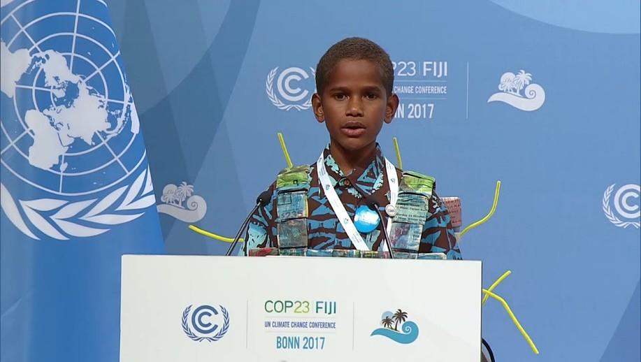 斐濟男孩Timoci Naulusala在波昂會議登台演說,成為COP23最令人印象深刻的畫面之一。(來源)