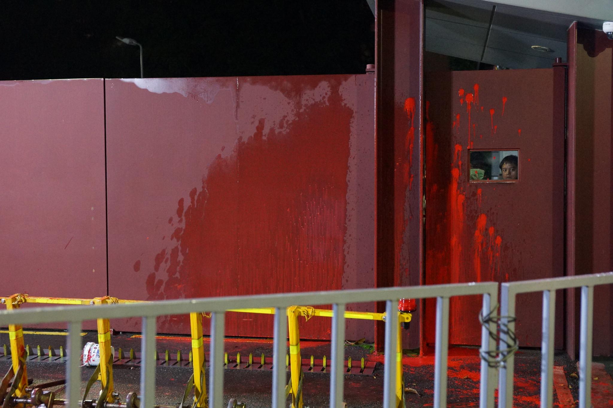 總統官邸凌晨2點被勞團潑紅漆抗議《勞基法》修惡。(攝影:王顥中)