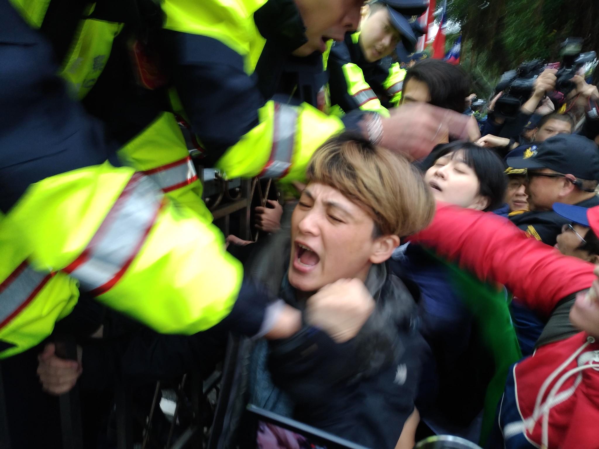 勞團和警方發生數波衝突。(攝影:曾福全)