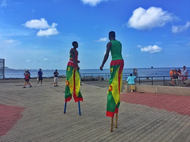 Bailarines con zancos en el puerto de Saint George en Granada (Islas del Caribe en crucero Pullmantur)