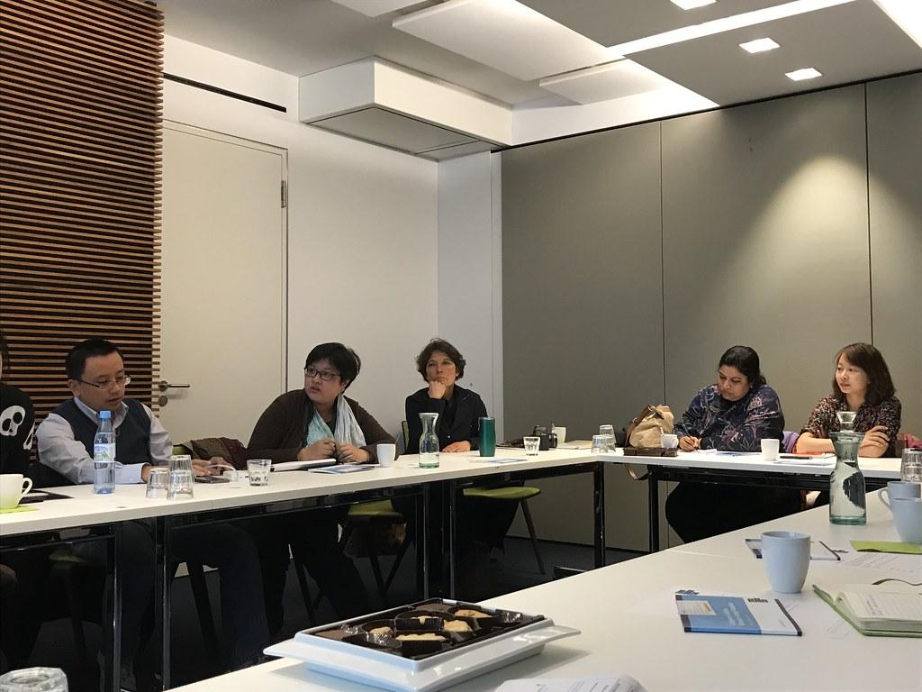 本次共有三位台灣記者隨著 IJP 參訪 CLEW 柏林辦公室,圖為環境資訊電子報特約記者陳怡樺(左二)正在提問。右一為天下雜誌記者劉光瑩。攝影:邱育慈。