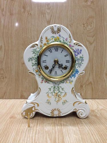Đồng hồ để bàn men sứ trắng...