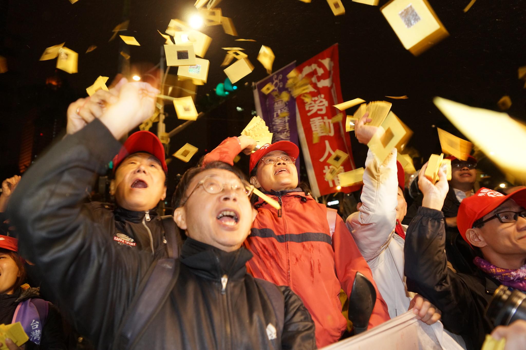 抗議民眾在立院大門怒撒冥紙。(攝影:王顥中)