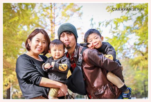 昭和の森(愛知県豊田市)で家族写真のロケーション撮影 年賀状にも使えます! 公園・森でカジュアルな服装 自然でリラックスした表情