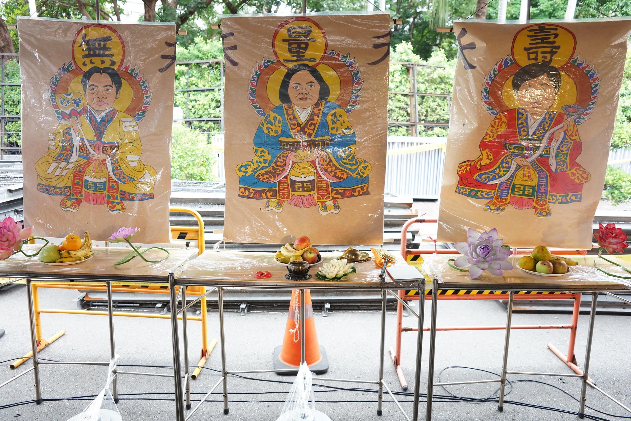 蔡英文、賴清德、林美珠被惡搞化為三尊「神」。(攝影:王顥中)