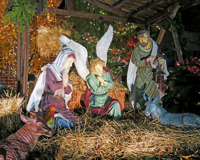 Belén de Navidad en Dyker Heights con la mula, el buey, la Virgen y San José
