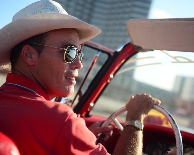 Chófer de coche clásico por La Habana
