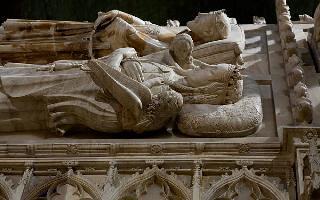 La tumba de la reina Violante en el Monasterio de Poblet.