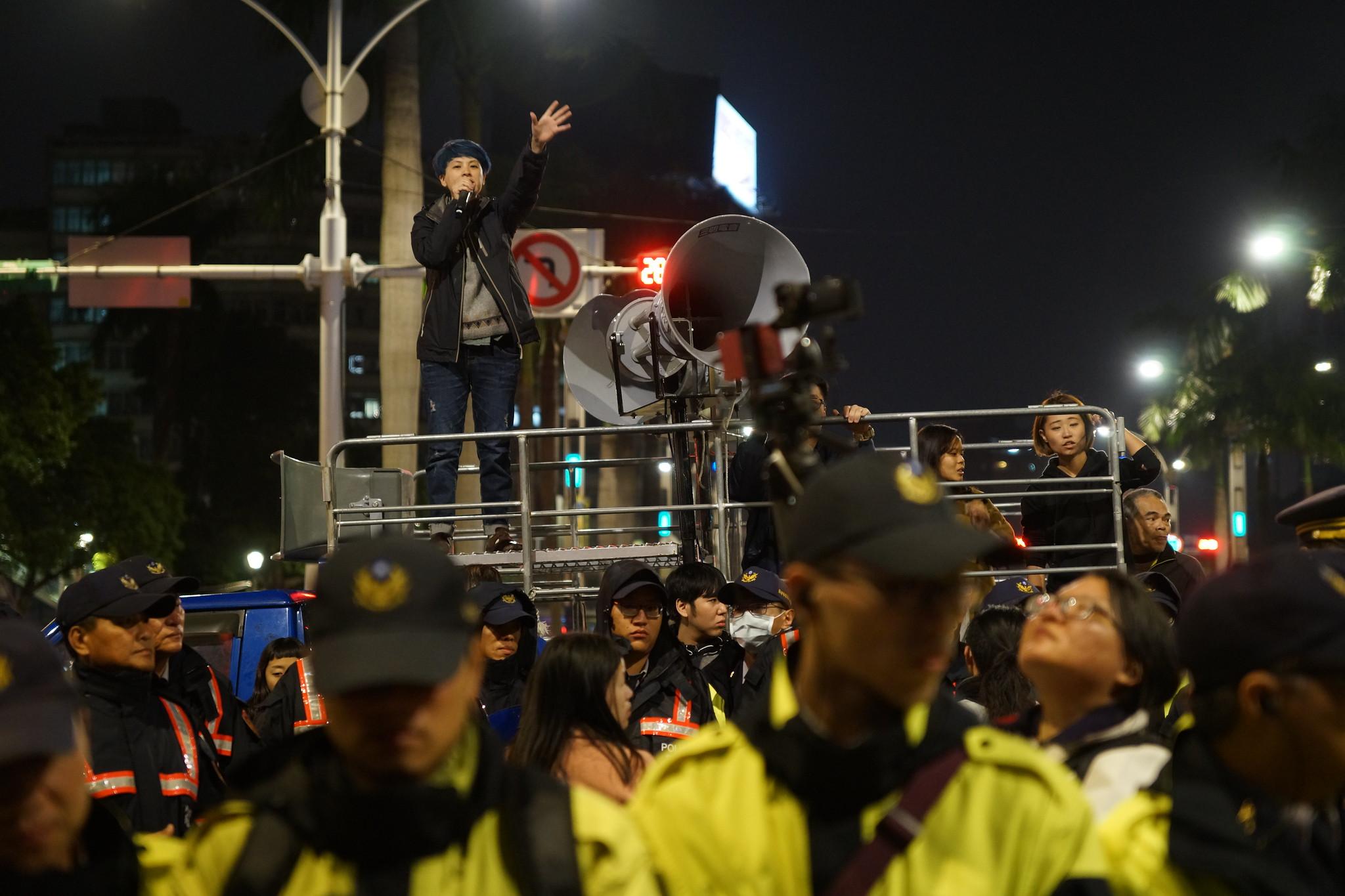 勞團呼籲民眾,參與接下來的大遊行,並約定在一個月後重返立院。(攝影:王顥中)