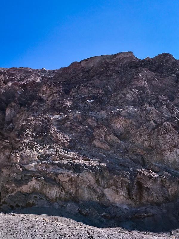 Η ταμπέλα ψηλά στα βράχια οριοθετεί το επίπεδο της θάλασσας!