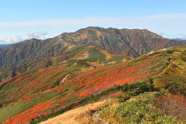 寒江山から眺める以東岳と紅葉