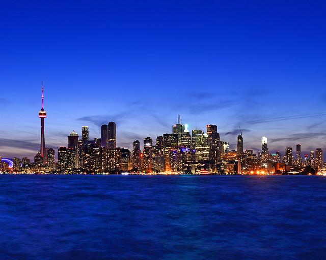 Últimas horas de luz en el skyline de Toronto que poco a poco se ilumina
