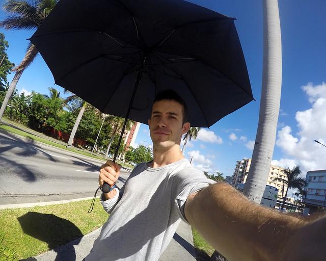 Con paraguas por La Habana