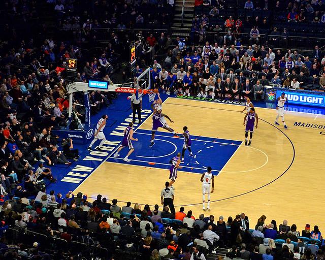 Momento de acción durante el Knicks-Sacramento Kings en la NBA