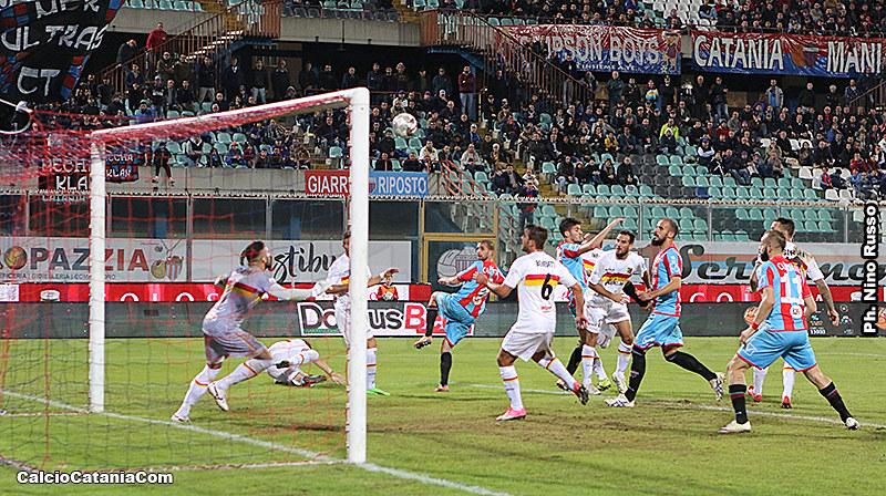 Il colpo di testa vincente di Caccetta che decide l'ultima Catania-Catanzaro