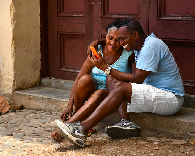 Madre e hijo hablando por internet con su familia en Cuba
