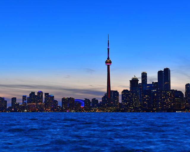 Las luces de Toronto poco a poco encendiéndose en el skyline de la ciudad