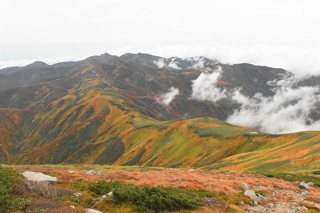 以東岳から大朝日岳への縦走路
