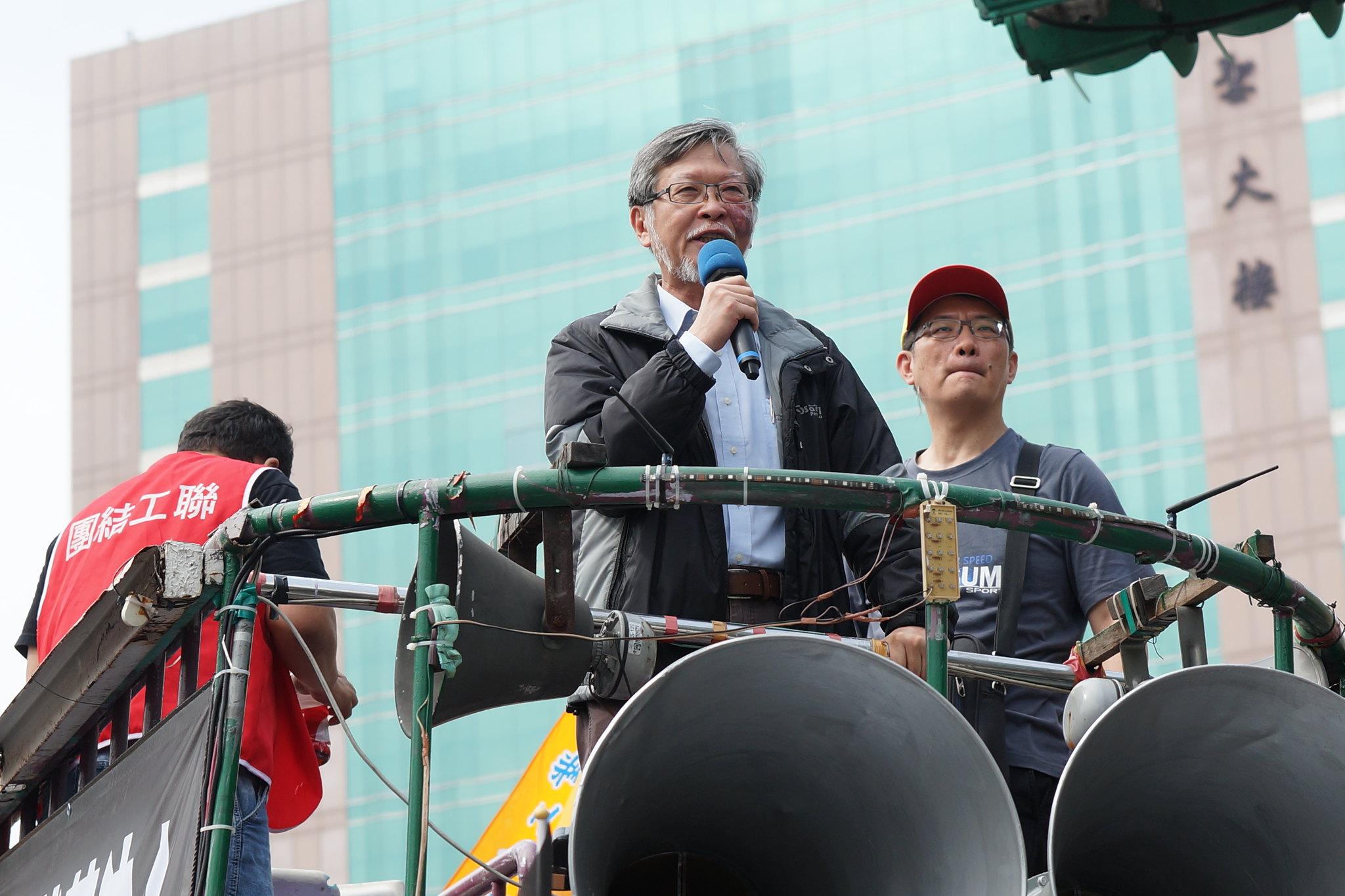 勞動法學權威邱駿彥上街聲援勞工,表態反對此次修法。(攝影:王顥中)