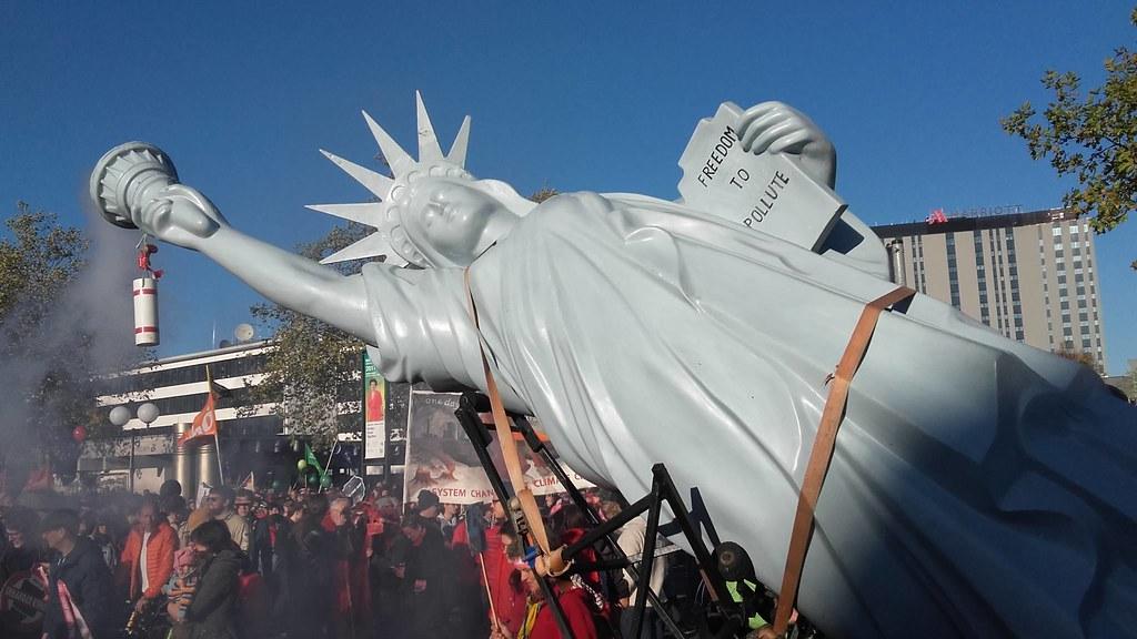 綠色和平以自由女神像為道具,呼籲終結污染。 攝影:駱書玉